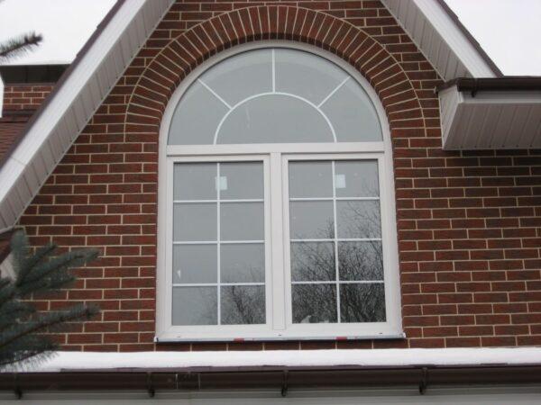 Арочное окно в кирпичной кладке