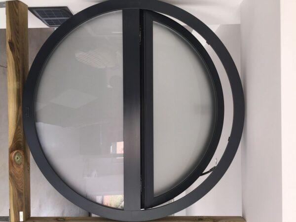 Круглое открывающиеся окно черного цвета