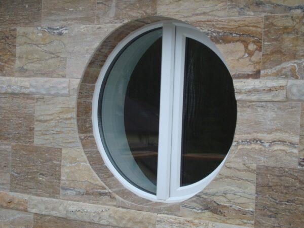 Круглое открывающиеся окно в стене