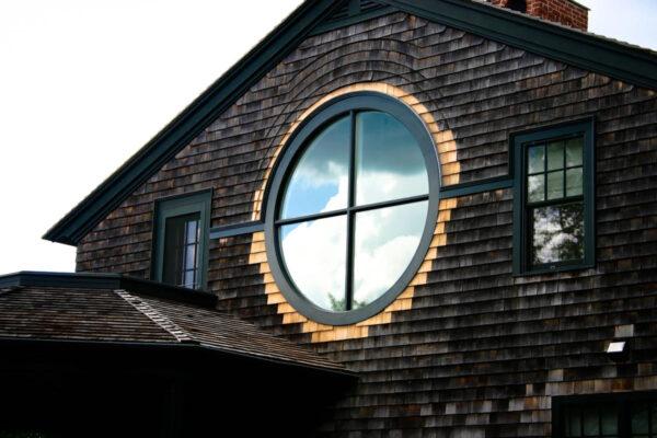 Круглое окно под крышей